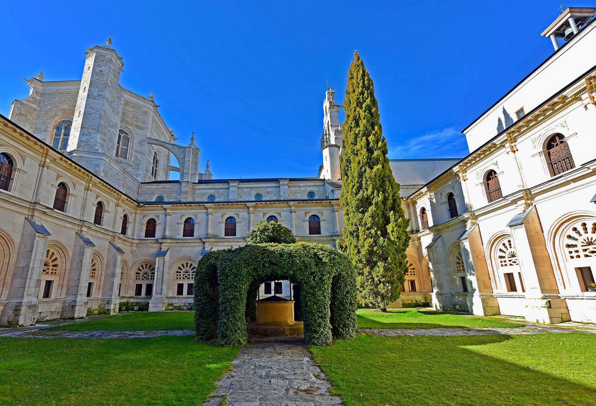 La Hospedería, junto al Monasterio agustino de La Vid, tiene 34 habitaciones y ofrece los servicios necesarios para descansar en un entorno privilegiado.
