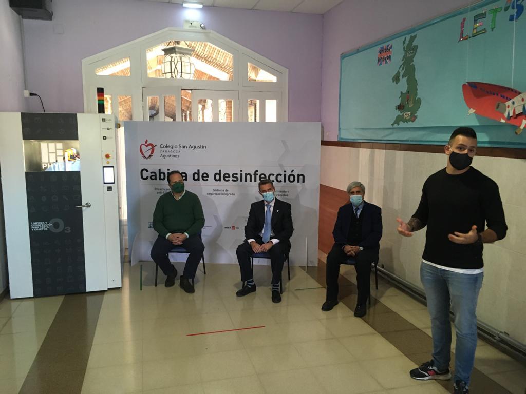 En el Colegio San Agustín de Zaragoza la ropa y el material se desinfectan en 30 minutos y queda libre de coronavirus a una cabina de desinfección.