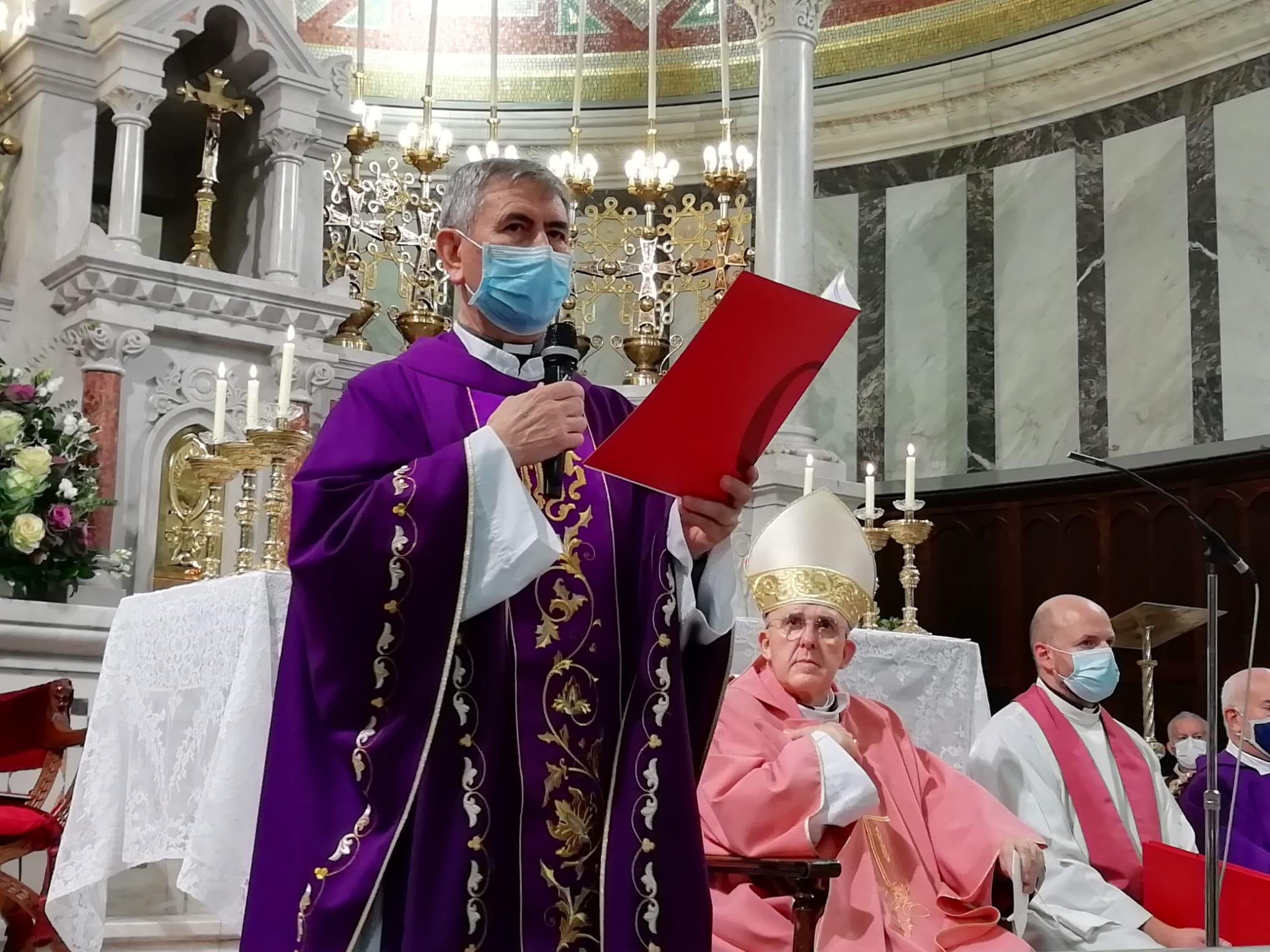 El nuevo párroco estuvo acompañado por los feligreses de la parroquia y los otros tres religiosos que le ayudarán a atender la parroquia, entre otros.