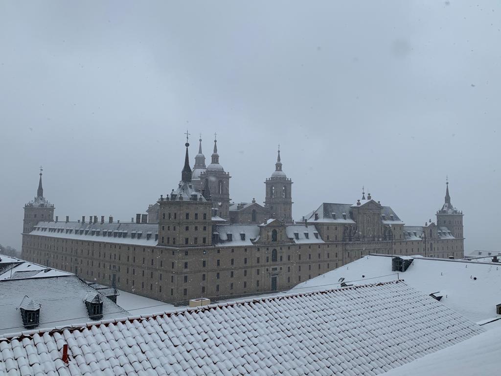 La nevada caída en la provincia de Madrid muestra imágenes distintas del Monasterio de El Escorial, un lugar emblemático para la Orden de San Agustín.