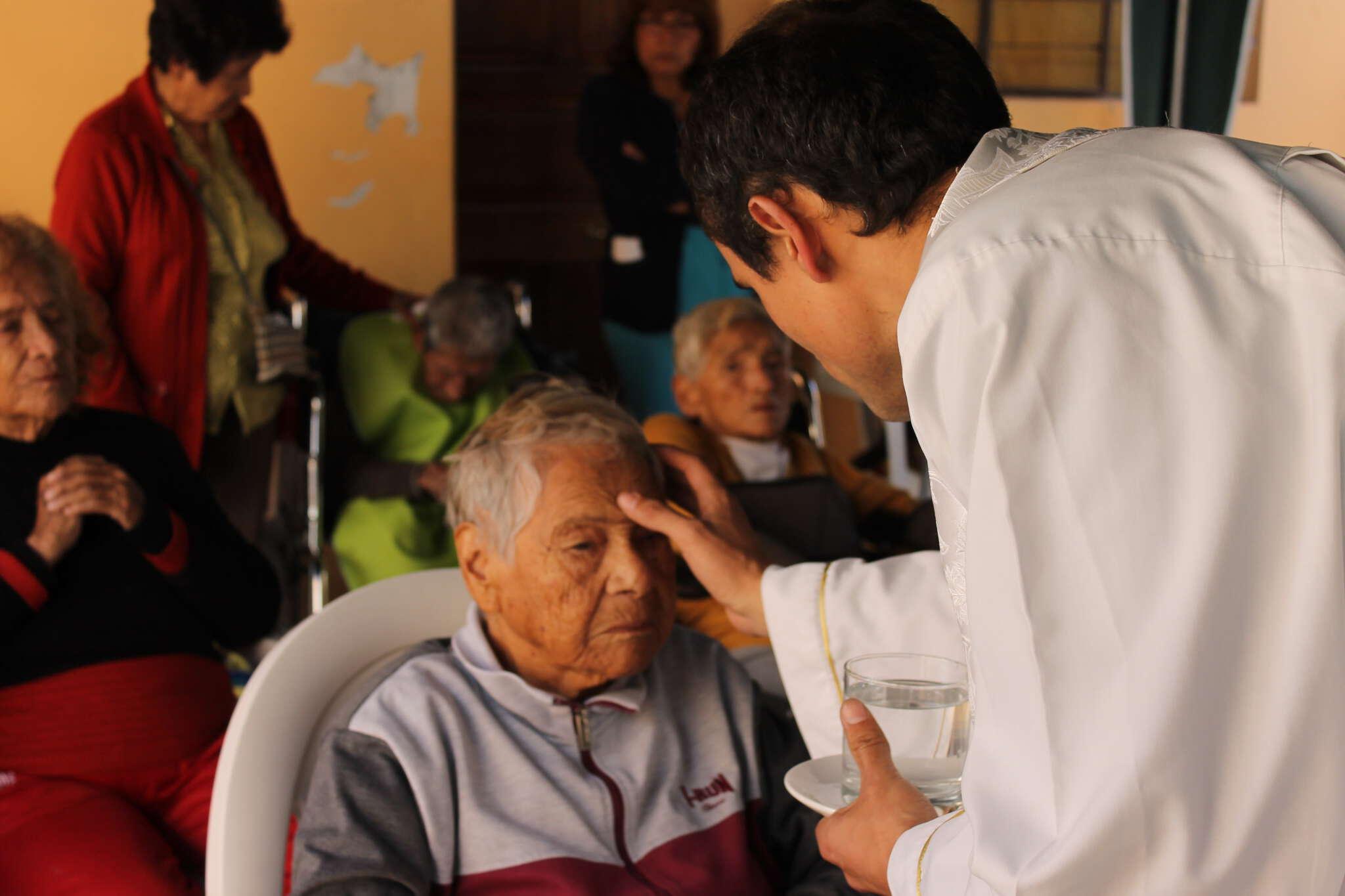 Varios religiosos agustinos participan con los equipos de pastoral de la salud de las diócesis en los equipos de las capellanías de clínicas y hospitales.