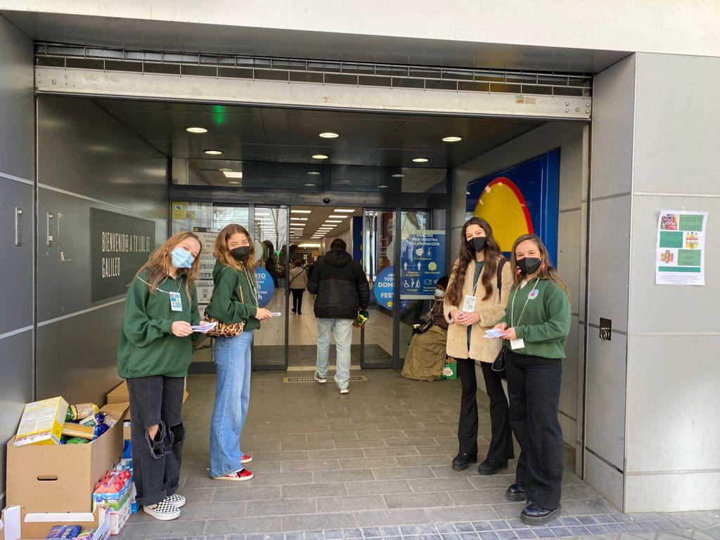 Los universitarios de los tres colegios mayores agustinos de Madrid, participan en una campaña conjunta de recogida de alimentos.
