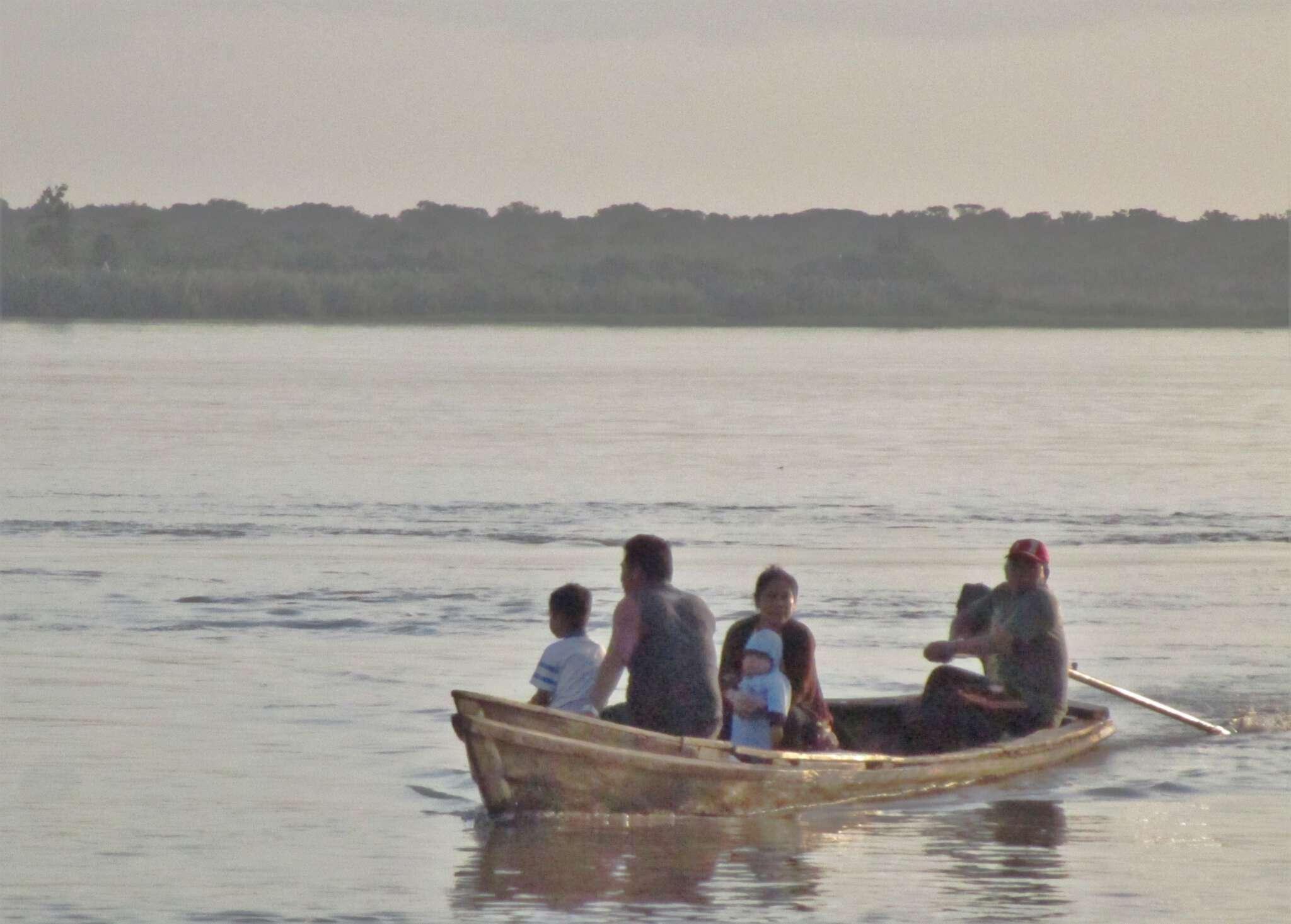 Se necesitan 7.000 aparatos de radio para que la población infantil y juvenil de la selva amazónica pueda continuar con sus estudios desde casa.